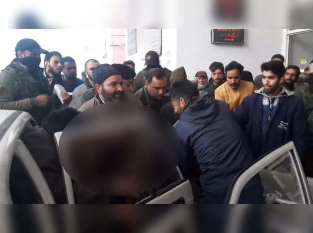 जम्मू-कश्मीर के अनंतनाग में सरकारी कार्यक्रम के दौरान ग्रेनेड हमले में 2 की मौत