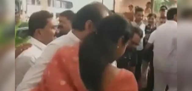 महाराष्ट्र विधानसभा में अजित पवार का स्वागत कर गले मिलीं सुप्रिया सुले