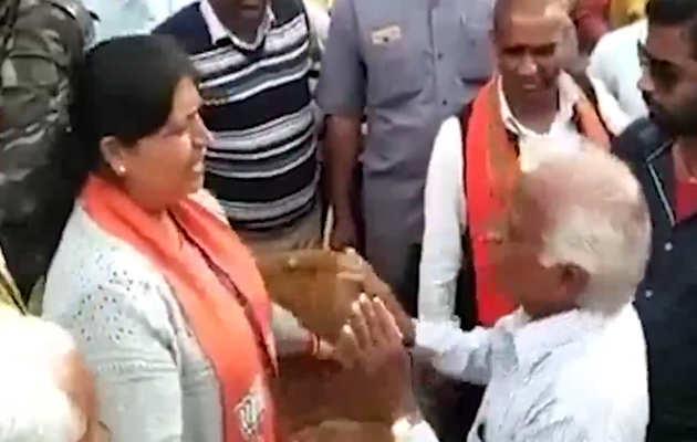 झारखंड में महिला मंत्री और नाराज ग्रामीण के बीच हुई बहस