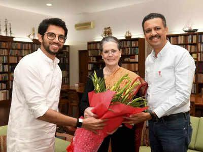 बुधवार को सोनिया गांधी को निमंत्रण देने पहुंचे थे आदित्य ठाकरे