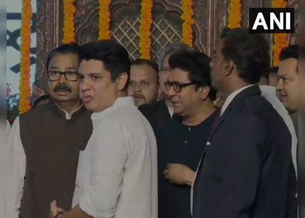 राज ठाकरे का मंच पर स्वागत