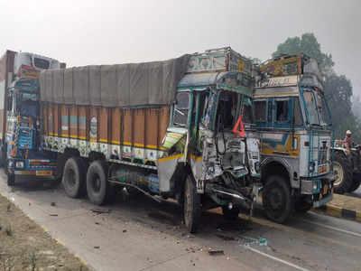 कोहरे के कारण दर्जनों वाहन टकरा गए