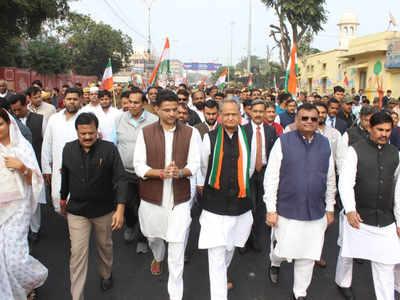कांग्रेस नेताओं ने निकाली पदयात्रा