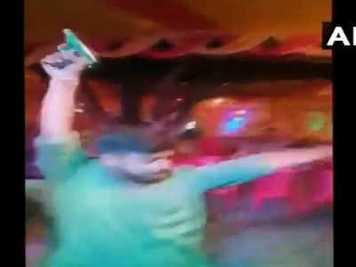 पिस्टल लेकर नाचते दिखे युवक