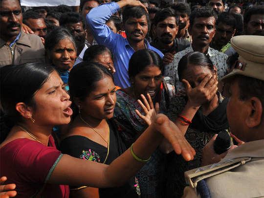 शादनगर पुलिस स्टेशन के बाहर आक्रोशित भीड़ को समझाने की कोशिश करती पुलिस
