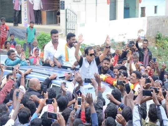 ಸುಧಾಕರ್ಗಾಗಿ ಬ್ರಹ್ಮಾನಂದಂ ಡೈಲಾಗ್ ಭರಾಟೆ! ಕಾಮಿಡಿ ಬ್ರಹ್ಮನ ಕಾರು ತಡೆದ ಚುನಾವಣಾ ಅಧಿಕಾರಿಗಳು!