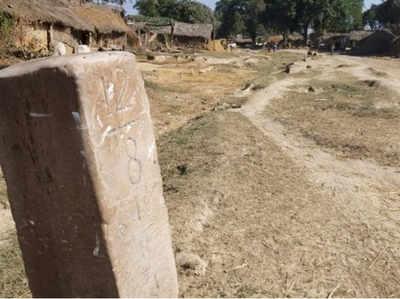 भारत-नेपाल सीमा पर ककरदरी गांव में लगा सीमा स्तम्भ