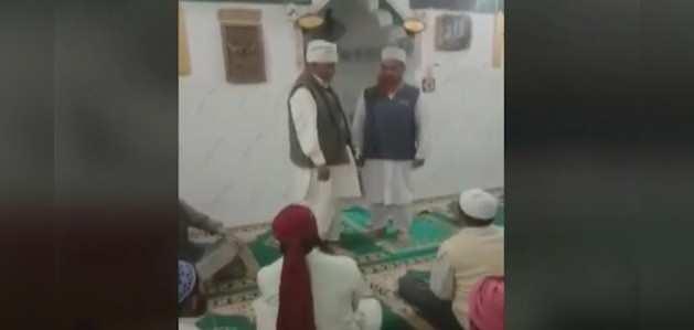 संतों के बीच हाजी ने किया राम नाम का जाप, इमाम ने मस्जिद में मंगवाई माफी