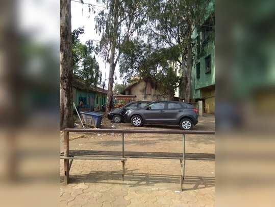 Vihitgaon naka yethil pick up shed la chhaparch