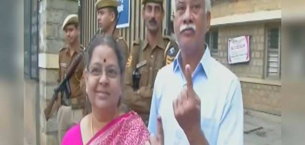 कर्नाटक: 15 सीटों पर उपचुनाव के लिए जारी है मतदान