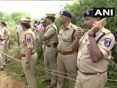 मौके पर मौजूद हैदराबाद पुलिस के अधिकारी