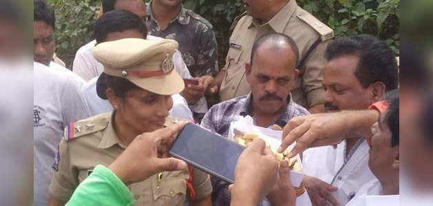 हैदराबाद गैंगरेप और मर्डर केस: एनकाउंटर के बाद लोगों ने पुलिस के समर्थन में लगाए नारे