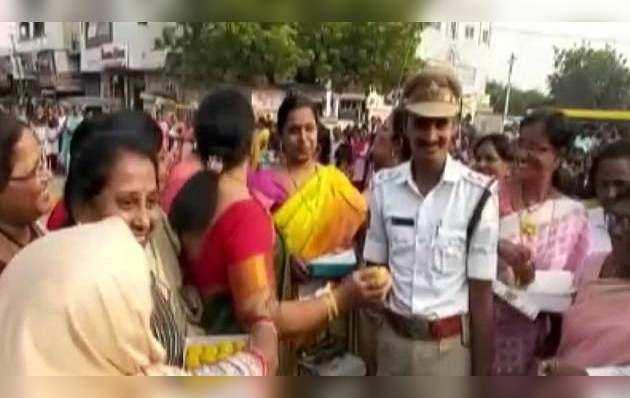 हैदराबाद रेप केस में आरोपियों के एनकाउंटर पर महिलाओं ने पटाखे फोड़ मनाया जश्न