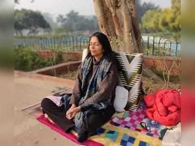 आज सुबह महात्मा गांधी की समाधि के पास ध्यान में बैठी अनशनरत स्वाति मालिवाल