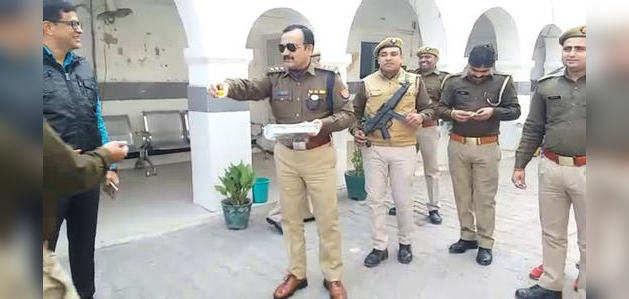 अलीगढ़: हैदराबाद एनकाउंटर के बाद पुलिस अफसर ने बांटी मिठाई