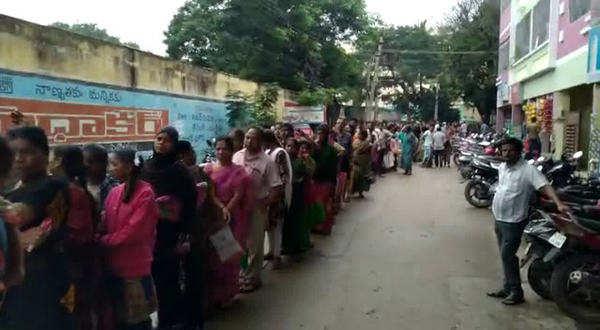 people standing in queue upto 3 km in tirupati to buy onion video