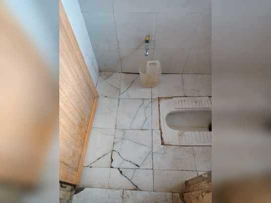 टॉयलेट च्या टाइल्स तुटलेल्या