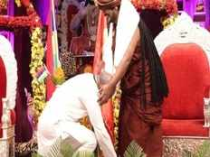 fact check home minister amit shah falling in nithyananda feet viral picture in internet