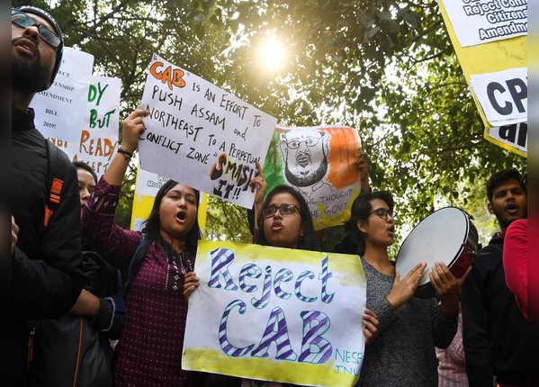 दिल्ली में भी सड़क पर उतरे लोग