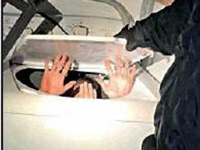 वॉशिंग मशीन में छिपा चीनी शख्स