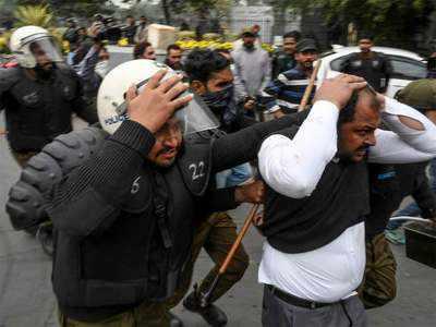 लाहौर के अस्पताल में वकीलों का हंगामा