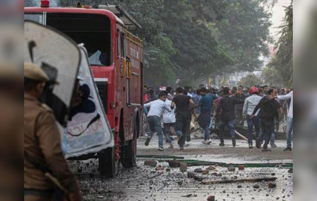 CAB के खिलाफ सड़क पर उतरे जामिया के स्टूडेंट्स, रोकने आई पुलिस के साथ हिंसक झड़प