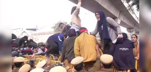 नागरिकता विधेयक का विरोध: जामिया मिल्लिया इस्लामिया के छात्रों और पुलिस में झड़प