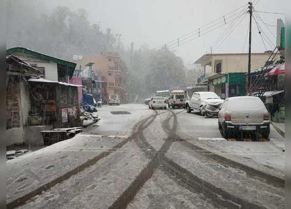 बर्फ से ढंकी सड़कें