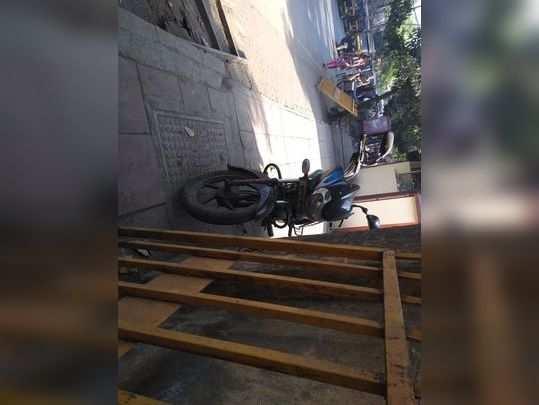 पदपथावर अवैध पार्किंग