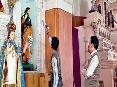 सेंट मेरी चर्च में रंग-रोगन का काम चल रहा है