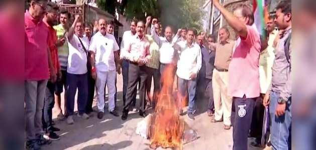 मुंबई: वीर सावरकर के समर्थकों ने राहुल गांधी के खिलाफ किया प्रदर्शन