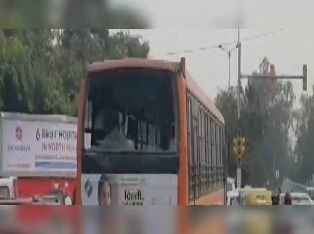 दिल्ली: नागरिकता कानून के खिलाफ प्रदर्शन हुआ हिंसक, जामिया नगर में 3 बसों बसों में लगाई आग
