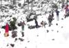 जम्मू-कश्मीर: पर्यटकों ने उधमपुर में बर्फबारी का लिया आनंद