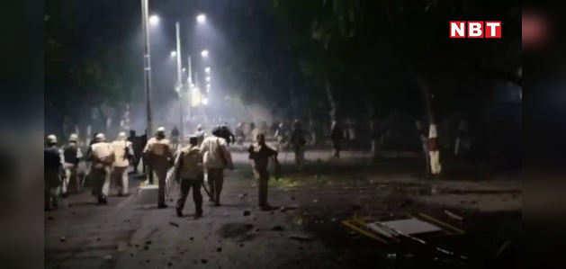 दिल्ली के बाद एएमयू में हिंसक प्रदर्शन, पथराव में DIG घायल