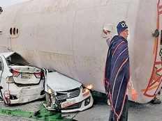 दो कारों पर पलटा टैंकर, जीजेयू रजिस्ट्रार समेत 4 की मौत