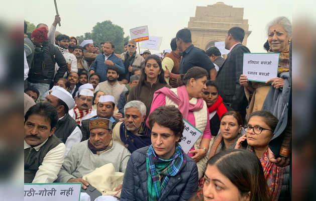 धरने पर बैठीं प्रियंका और अन्य कांग्रेसी नेता