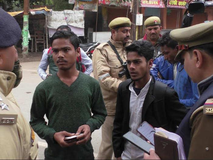 संदिग्धों से पूछताछ कर रही है पुलिस