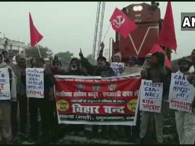 बिहार में प्रदर्शनाकारियों ने ट्रेनें रोकीं।