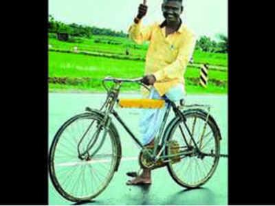 एक पैर से साइकल चला रहे