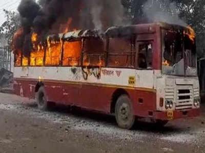 प्रदर्शनकारियों ने बसों में लगाई आग