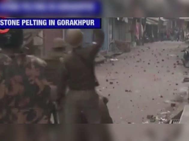 उत्तर प्रदेश: नागरिकता कानून के खिलाफ प्रदर्शन जारी, फिरोज़ाबाद में 12 वाहनों को फूंका