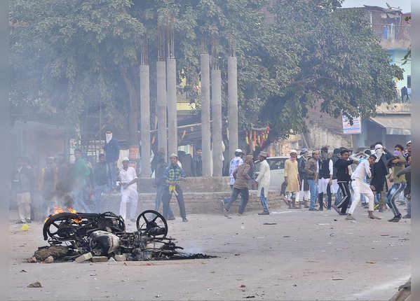 कानपुर में जलाए वाहन