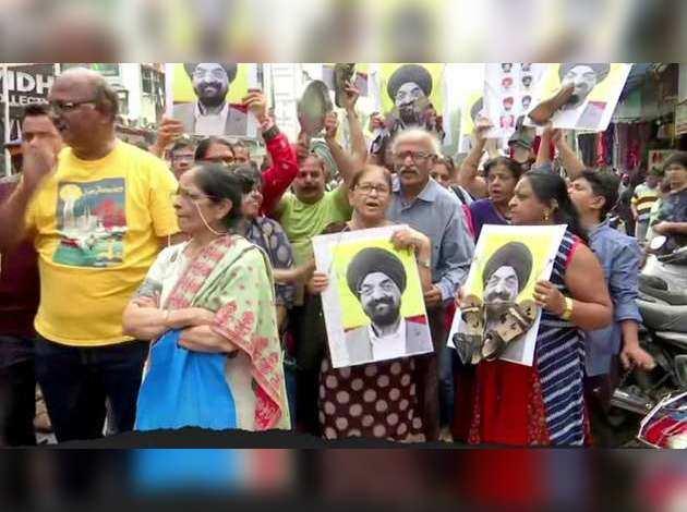 पीएमसी बैंक के खाताधारकों ने मुंबई में किया प्रदर्शन