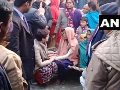 बिजनौर में मृतकों के परिवारवालों से मिलीं प्रियंका