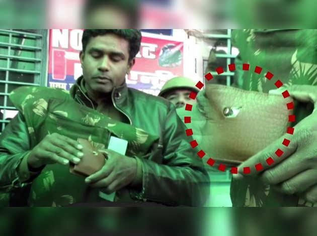 उत्तर प्रदेश: जब हिंसक प्रदर्शन के दौरान सिक्के ने बचाई पुलिसकर्मी की जान