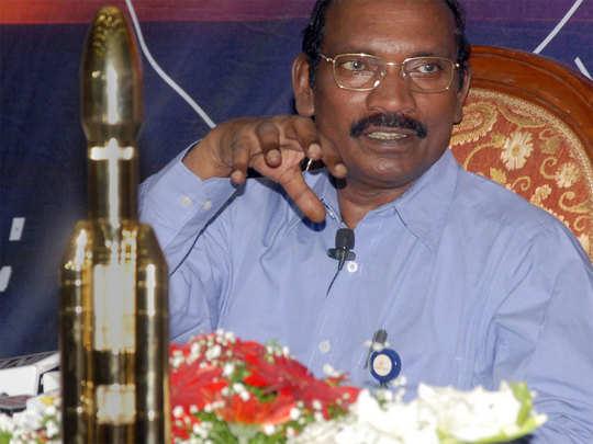 ISRO चीफ चंद्रयान मॉडल के साथ
