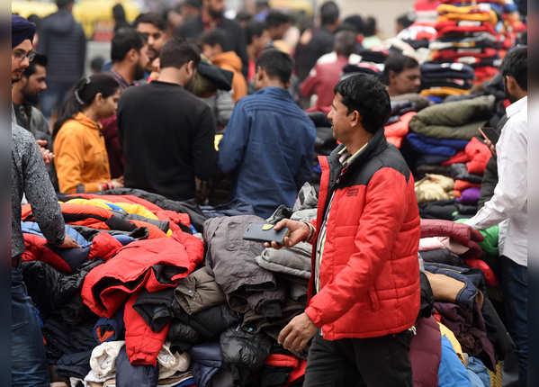जैकेट की खरीदारी के लिए उमड़ी भीड़