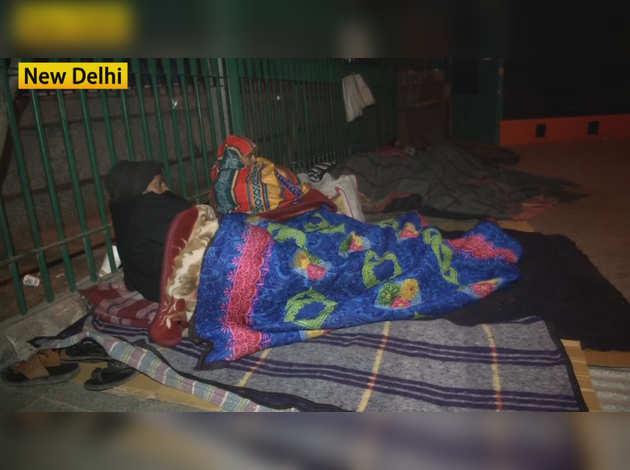दिल्ली में कड़ाके की सर्दी, एम्स अस्पताल के बाहर मरीज और परिजन खुले में रात बिताने को मजबूर