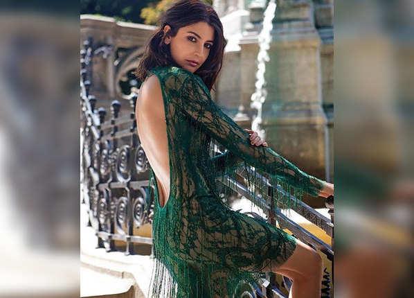 शॉर्ट बैकलेस ड्रेस