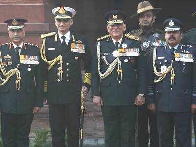 नवनियुक्त सीडीएस जनरल रावत के साथ तीनों सेनाओं के प्रमुख